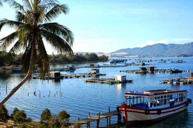 Những hộ dân sinh sống ngay trên biển nước Vân Phong (Ảnh: ST)