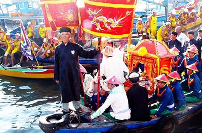 Khi du lịch Nha Trang, du khách rất thích thú khi được tham gia lễ hội Cá Voi