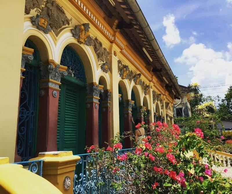 Những ô cửa sổ mang đậm phong cách châu Âu kết hợp với văn hóa Á Đông