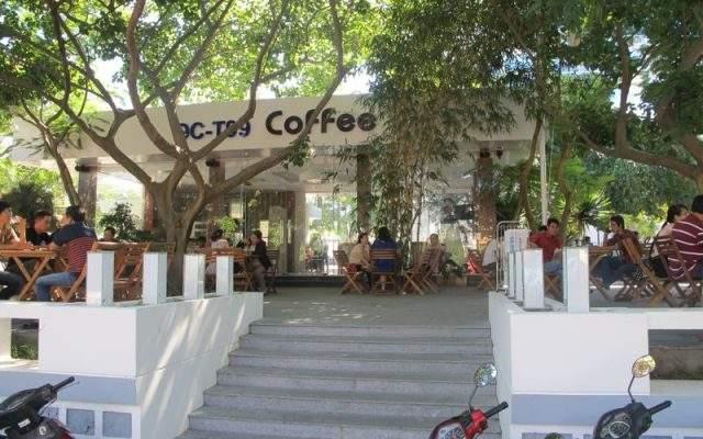 Quán cà phê rộng rãi ngay trong khuôn viên khách sạn (Ảnh Collection)