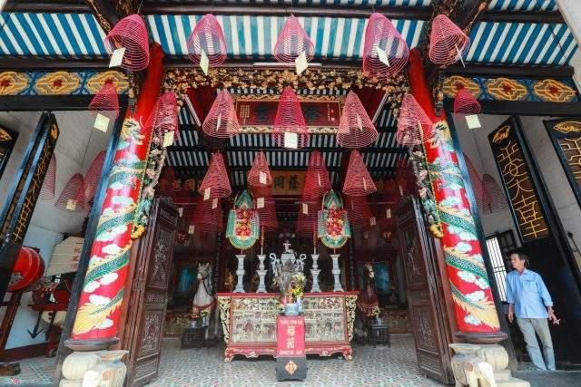 Nghệ thuật sử dụng hài hòa các chất liệu gỗ, đá trong kết cấu chịu lực và họa tiết trang trí công phu, đã mang lại cho Hội quán Quảng Đông vẻ đường bệ riêng (Ảnh ST)