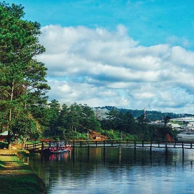 Hồ nước đẹp và tĩnh lặng giống như là lời than thở của ai đó