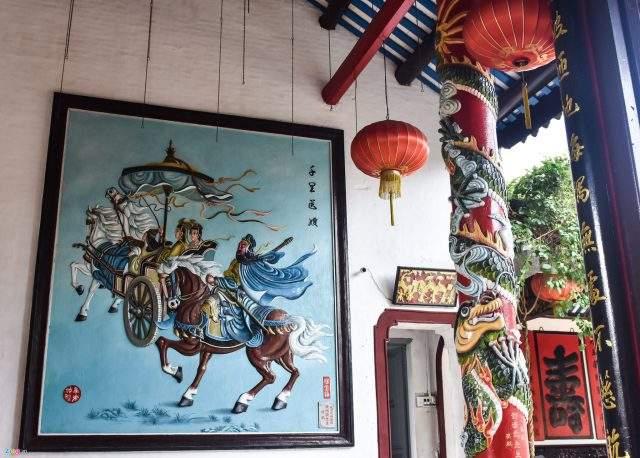 Nơi đây hiện còn lưu giữ nhiều hiện vật bằng gốm sứ, các hình tượng mô phỏng lại các vở tuồng về văn hóa của người Quảng Đông (Ảnh ST)