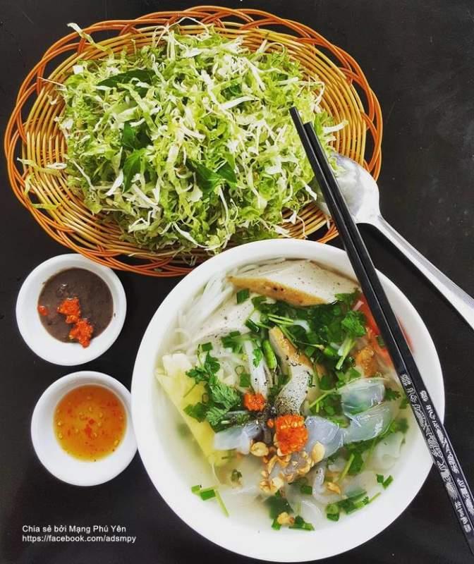 Bún sứa thường được ăn kèm với rau sống thái nhỏ. Ảnh: Mạng Phú Yên