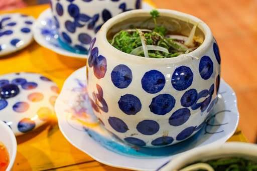 Dưới thố thường đặt một đĩa cồn nhỏ nhằm giữ cho món ăn luôn nóng hổi thơm ngon. Ảnh Collection