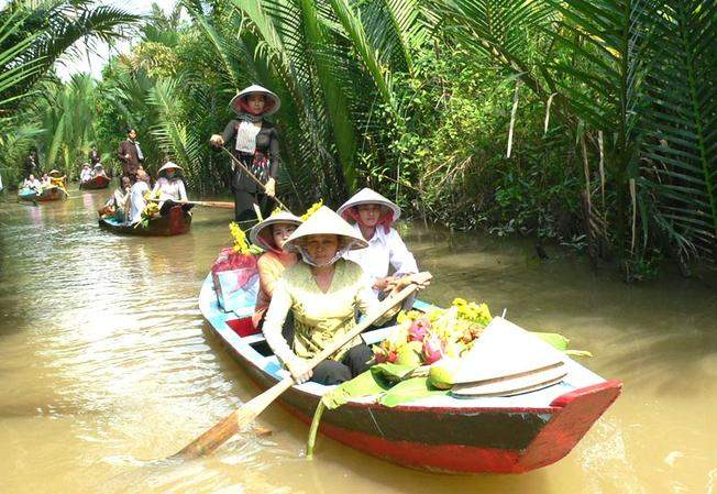 Boat ride along the Ben Tre canals