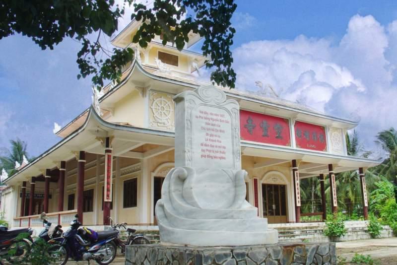 Tham quan chùa Tuyên Linh (Ảnh: Collection)