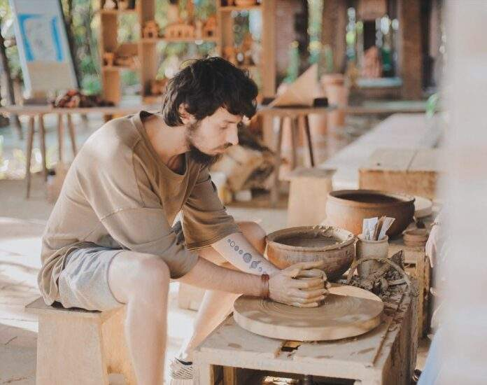 Experience making pottery in Thanh Ha village. Photo: vietnammoi