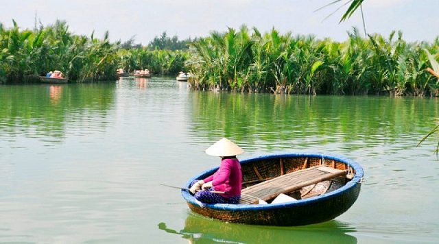 The basket boat is the main mode of transportation here (Photo: ST).