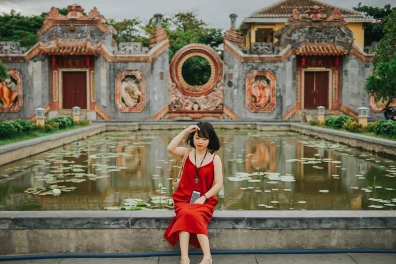 Hồ nước trước cổng Tam Quan Chùa Bà Mụ. Hình: Hoàng Linh Hà
