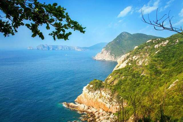 From the lighthouse, you will admire the panoramic view of Van Phong Bay (Photo ST)
